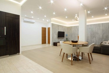 modern-studio-apartment-pine-wooden-laminate-flooring-wooden-dining-table-chandelier-recessed-ceillinglight-tracking-lamp-370x247
